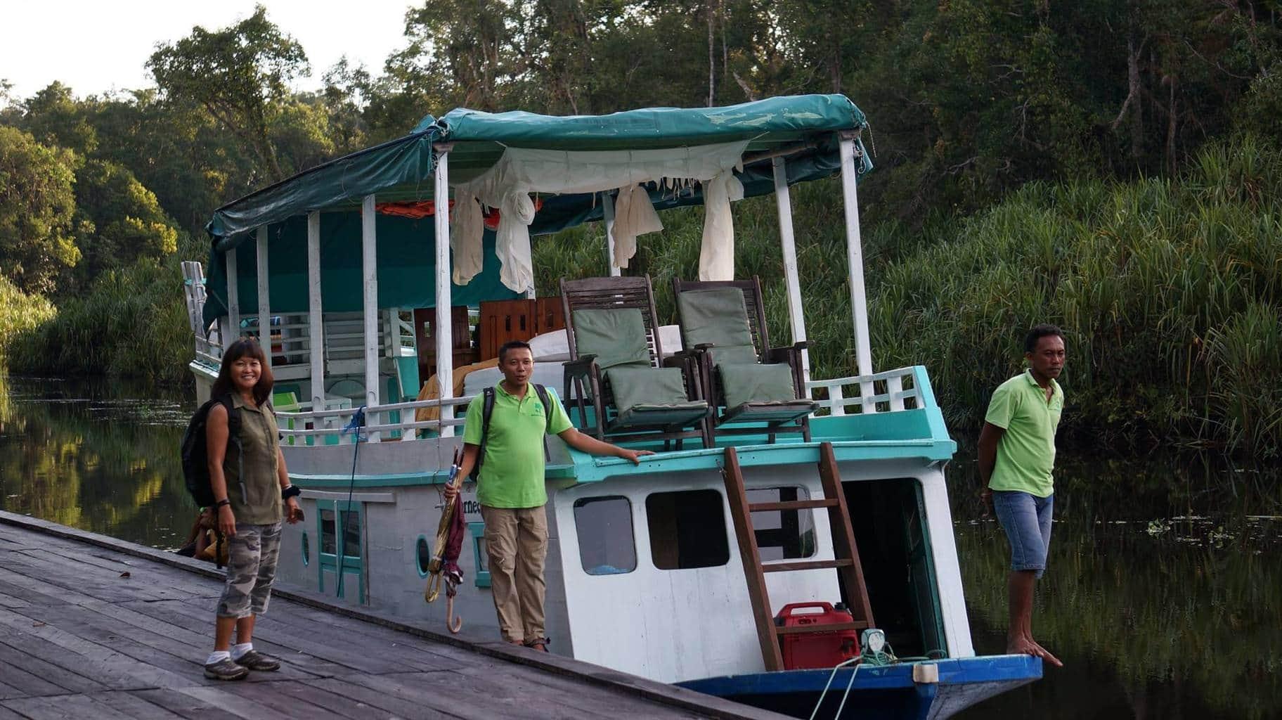 Deluxe Houseboat-1