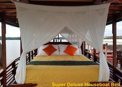 Super Deluxe Houseboat - Bed